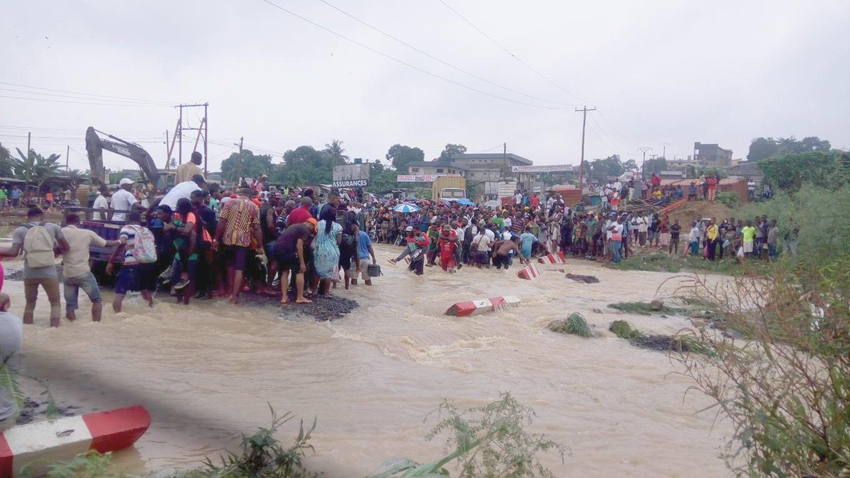 Les riverains bloqués au lieu-dit Carrefour Cité des Palmiers à la suite des inindations.